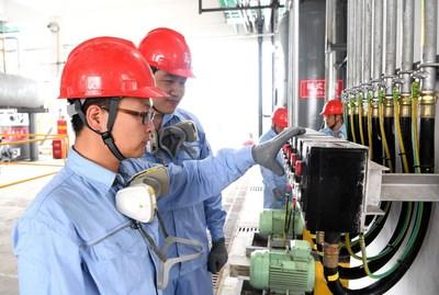 Sinopec construye la mayor base de producción de desinfectantes del mundo en Qianjiang, China. (PRNewsfoto/Sinopec)