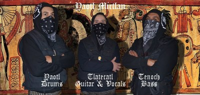 Yaotl Mictlán, de izquierda a derecha: Yaotl (Drums), Tlatécatl (Guitarra y Voz), Tenoch (Bajo).